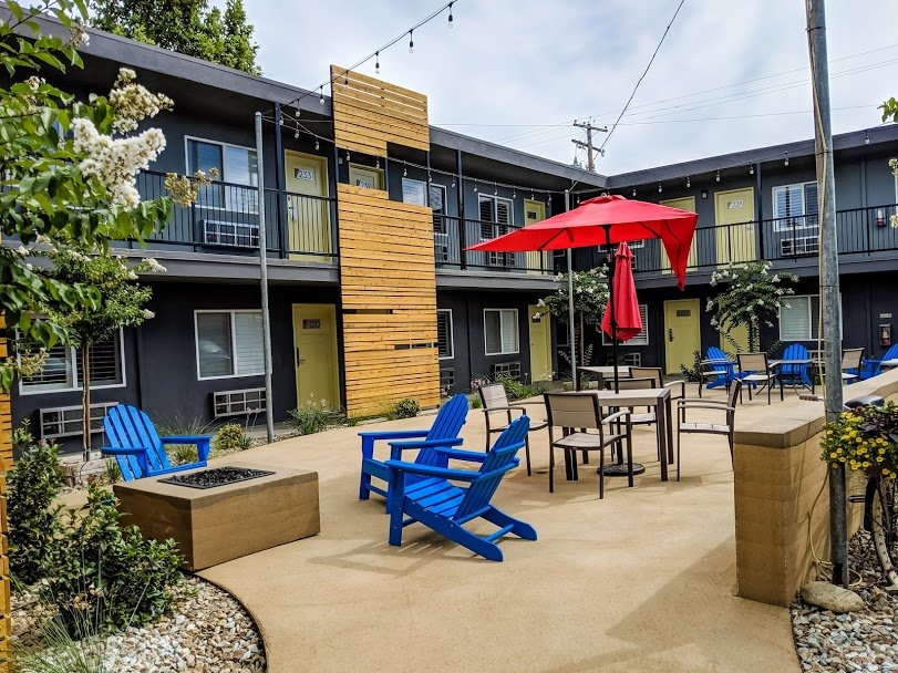 Americana Modern Hotel Redding courtyard
